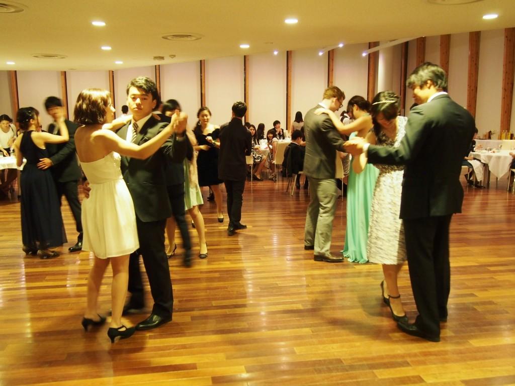 プロム終盤にはダンスも行われた。