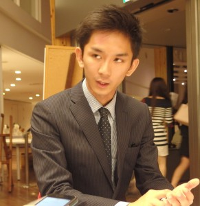 『プロム』閉会後、インタビューに応じる成冨氏