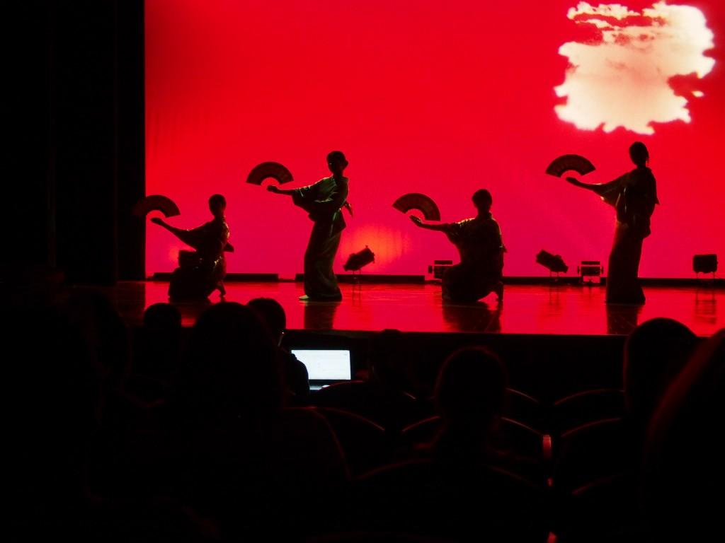 ▲日本舞踊研究会の華麗な舞台