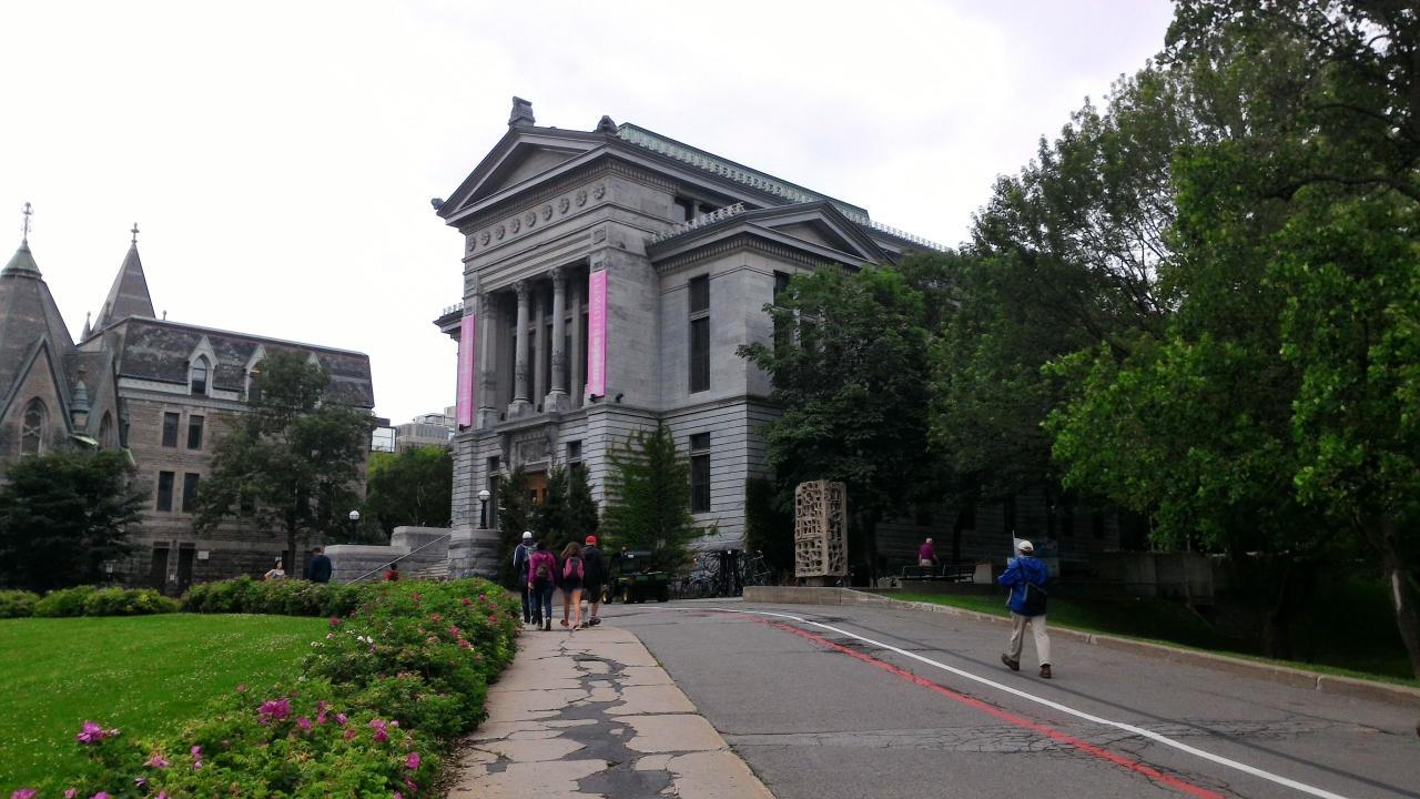 ▲歴史ある建物が並ぶマギル大学のキャンパス
