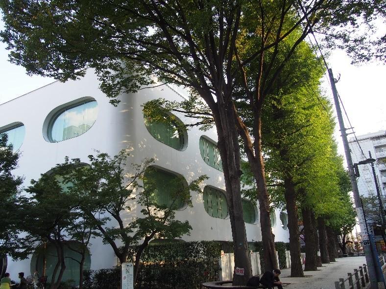 ▲図書館、カフェが入居する武蔵野市立「ひと・まち・情報創造館 武蔵野プレイス」。知らない人はもったいない。