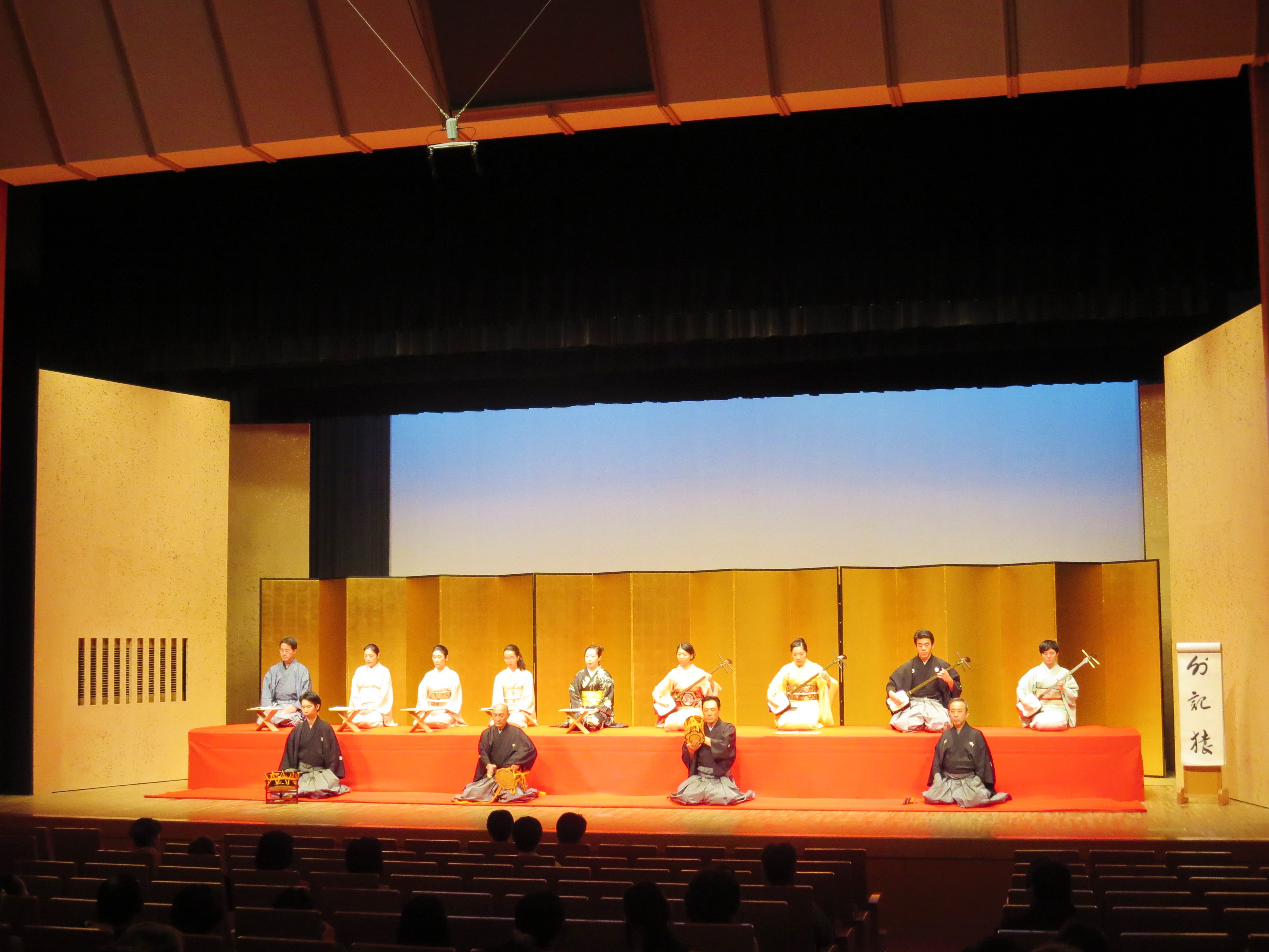 ▲演奏会の様子。そもそも長唄とは、江戸時代に発展した三味線音楽で、三味線を奏でる「三味線方」と唄を歌う「唄方」に分かれ、演奏される。