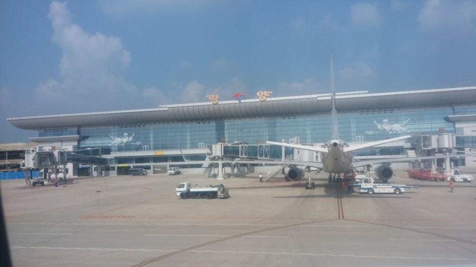 ▲真新しい空港のガラスには8月の青い空が映っていて、陰鬱な北朝鮮のイメージとのギャップに戸惑いました。