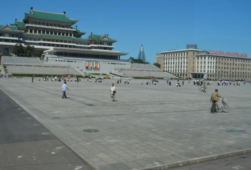 ▲真ん中には建設中の「世界一のホテル(学生談)」と、左は「人民大学習堂」、日本の国会図書館のような施設です。伝統的な朝鮮建築の様式が特徴的で、中には観光客向けの売店もありました。