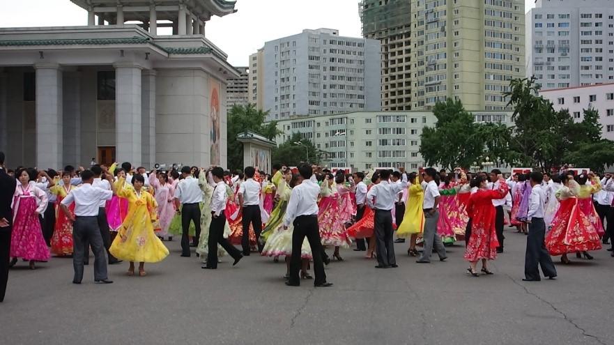 ▲祝日には、広場で民謡に合わせて踊る舞踊会が開かれていました。この後に私たちも混ぜてもらって、全く見ず知らずの学生に踊り方を教えてもらいました。