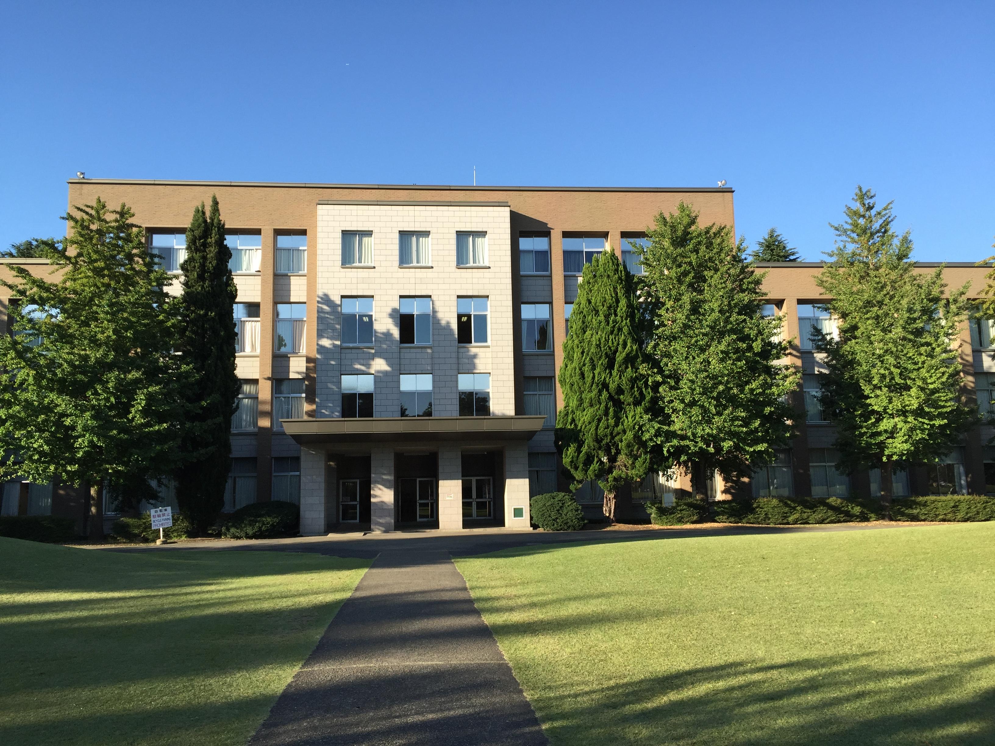 本館は第二次大戦中に竣工し、現在築70年を超えている。