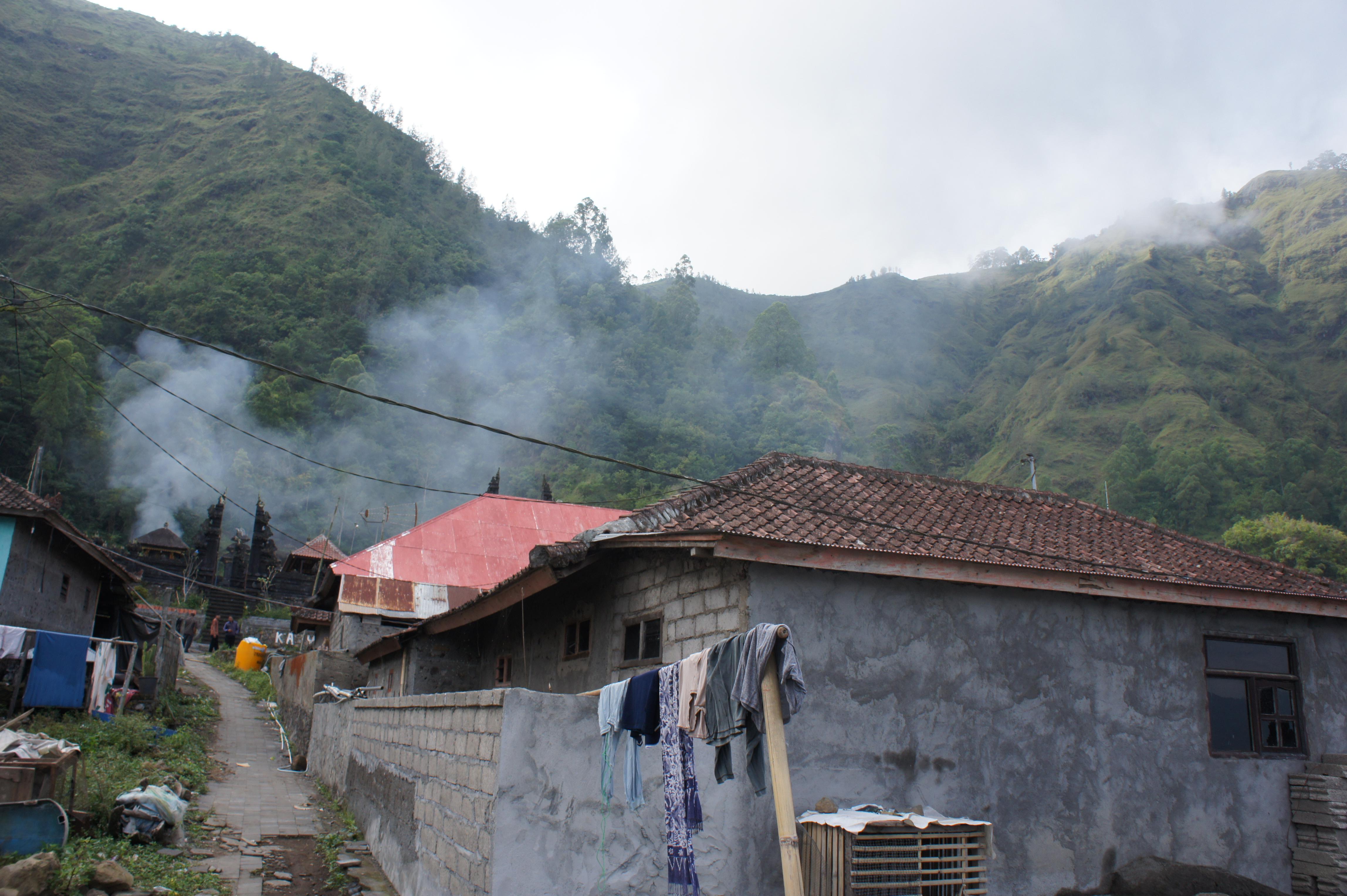 ▲インドネシア・バリ島のTrunyan村。湖のほとりに位置する小さな漁村だ。