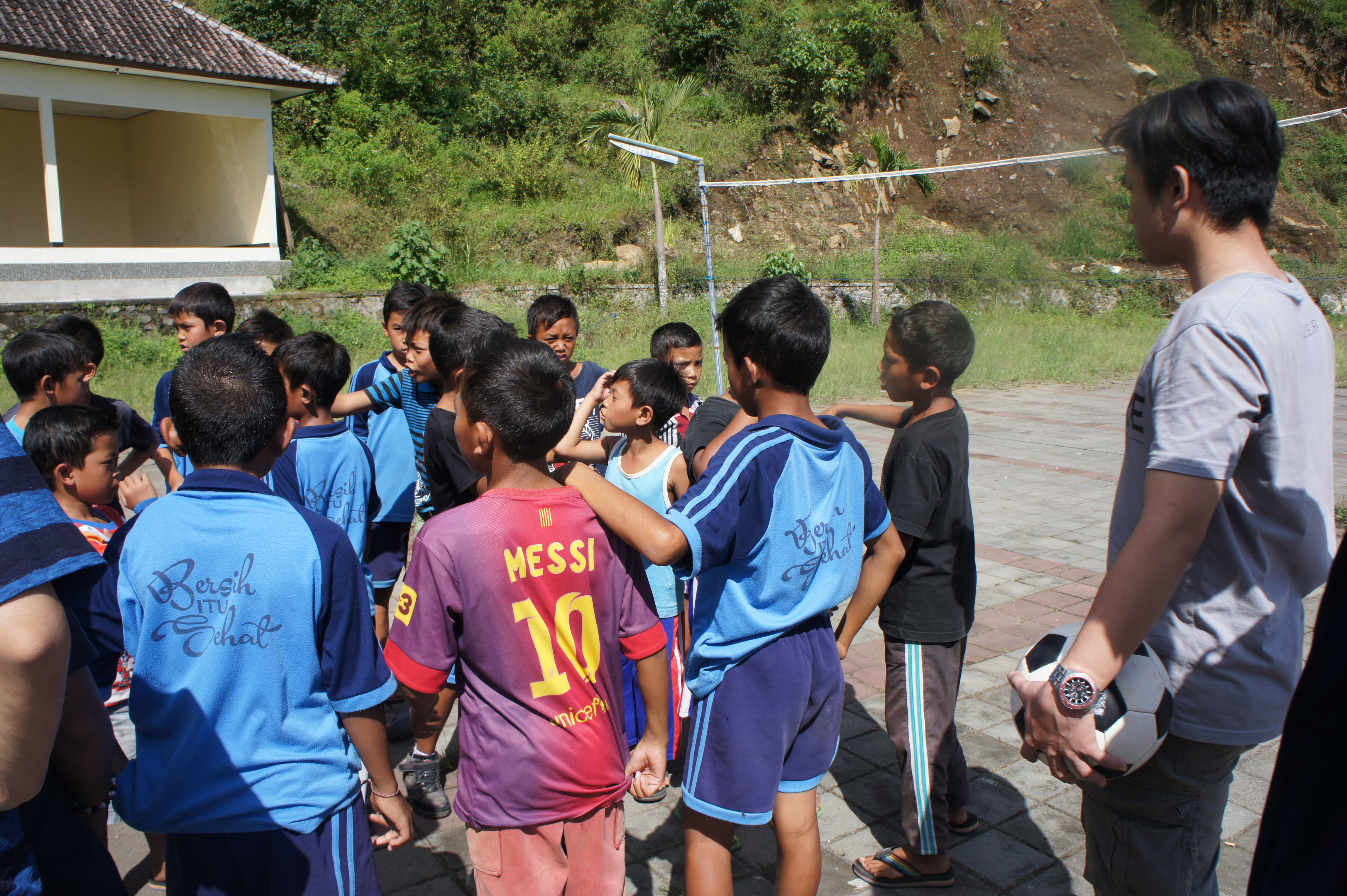 ▲自由時間には子供たちとサッカーをした