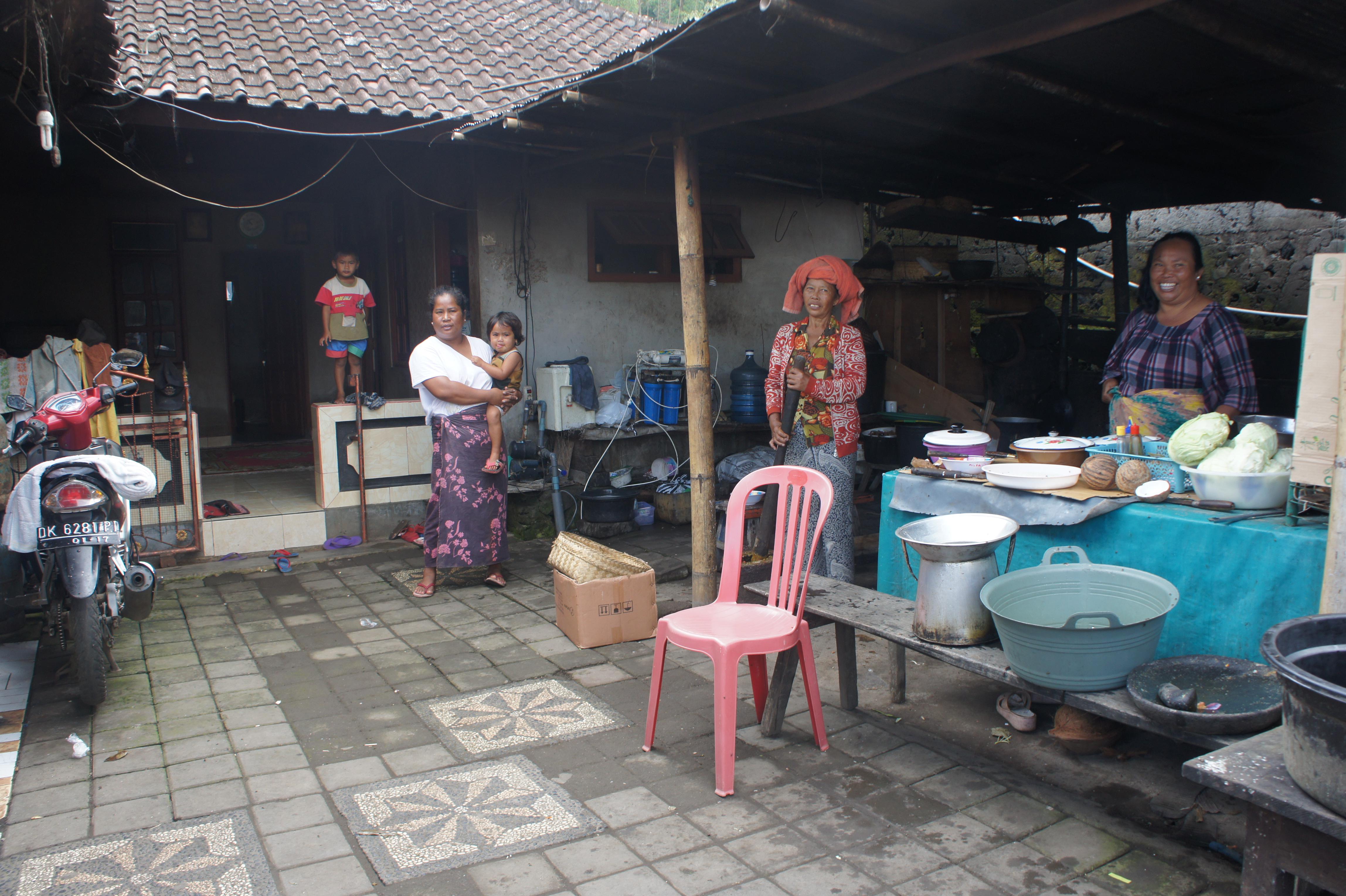 ▲Trunyan村の人たち。言葉は通じなかったが、気さくな人たちばかりだった